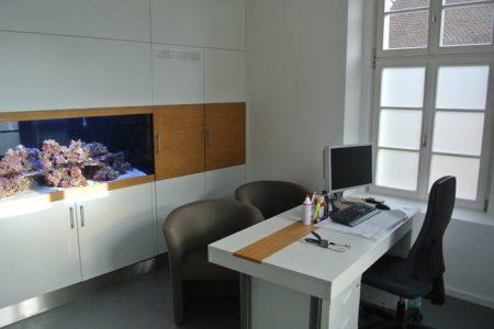 Praxis im Gilardihof – Behandlungszimmer mit Aquarium